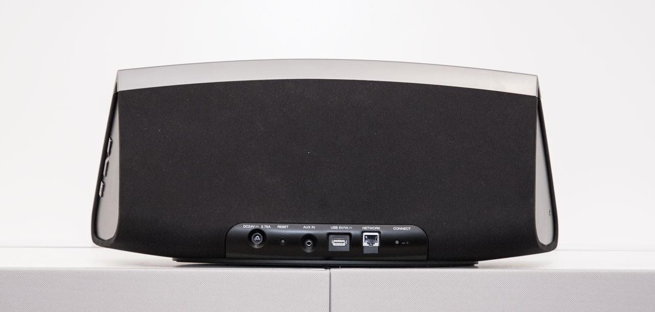 Alle Anschlüsse, außer der für Kopfhörer, befinden sich auf der Rückseite.